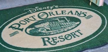 Tapete no hotel Port Orleans Resort, com fundo verde e imagem do hotel no centro