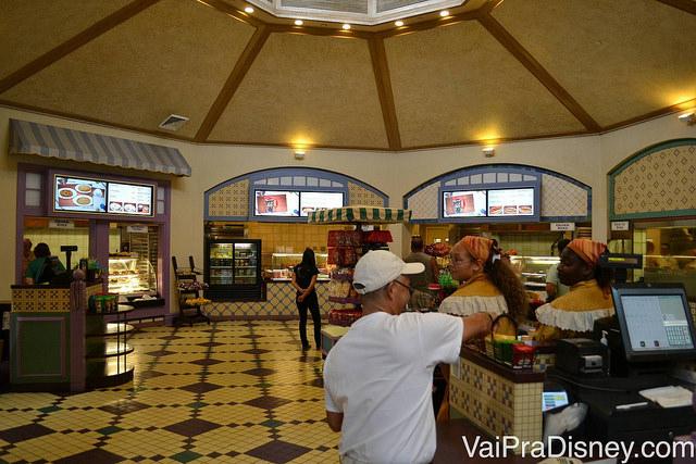 Praça de alimentação do French Quarter. Muitas opções para uma refeição rápida.