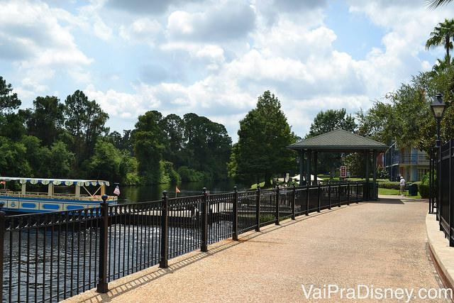 Rio Sassagoula, que corta o resort e por onde passa a balsa que leva até o Downtown Disney