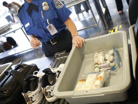 Líquidos menores de 100ml na mala de mão devem ser colocados dentro de um saquinho ou necessaire transparente. Eu sempre uso um ziplock
