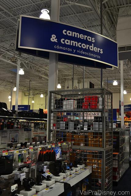 """Foto da área de câmeras fotográficas e filmadoras da Best Buy. Há uma placa que diz """"Cameras & Camcorders"""""""