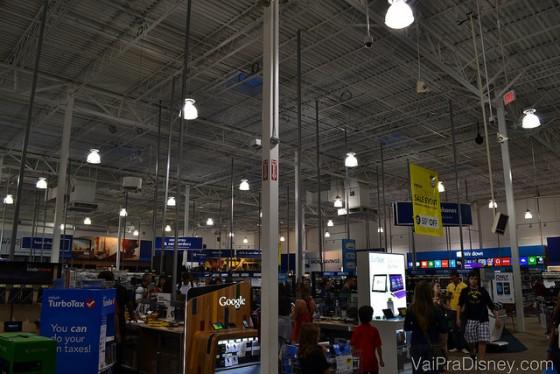 Olha o tamanho da Best Buy. Como diz o título do post: é um verdadeiro shopping de eletrônicos. Foto do interior da Best Buy, uma loja muito grande, com diversos tipos de eletrônicos visíveis.
