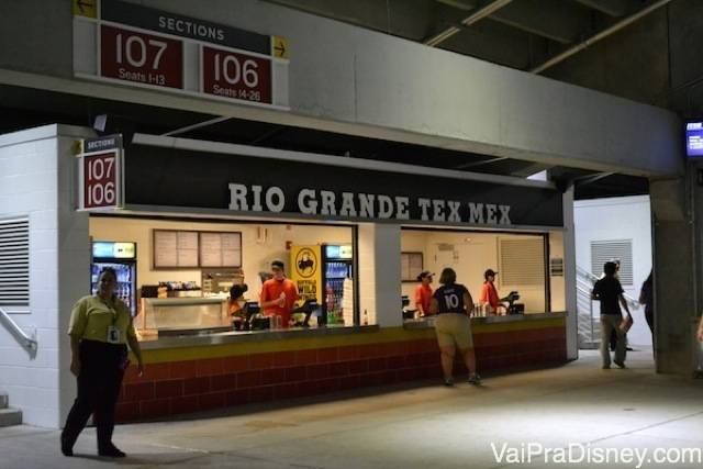 Opções para comer e beber não faltam ali no estádio.