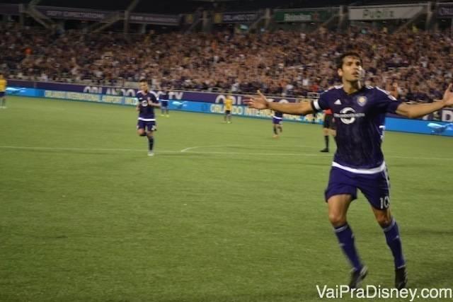 Kaká chamando a galera depois do gol durante o jogo