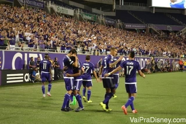 Foto do Kaka e dos outros jogadores no estádio durante um jogo