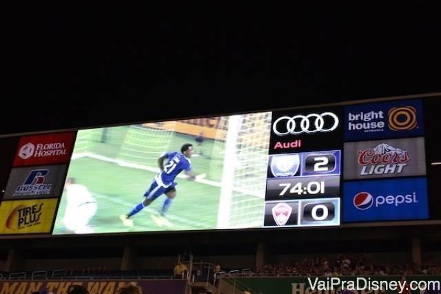 Placar final do jogo do Orlando City contra o Colorado no telão do estádio