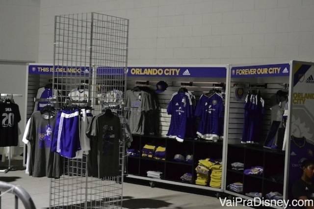 No dia do jogo, dá para comprar vários produtos para torcer inclusive a camisa do time.