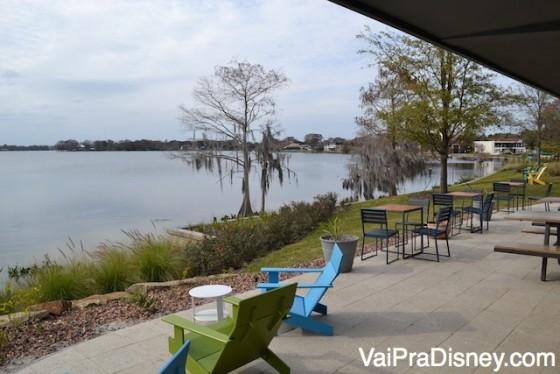Varandinha do Shake Shack de Winter Park, na beira do lago com cadeiras e mesas