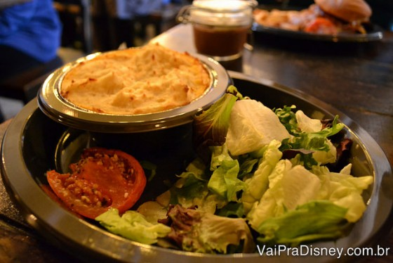 Meu prato, a cottage pie. Uma torta de carne e batatas bem saborosa, no Caldeirão Furado.