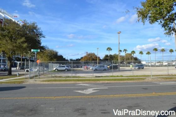 O estacionamento em frente ao estádio do Orlando City.