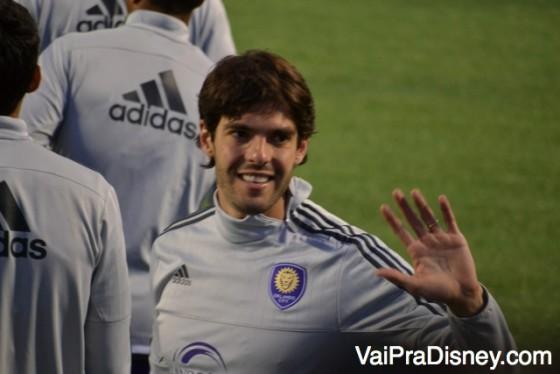 Foto do Kaká cumprimentando fãs brasileiros e americanos que foram prestigiá-lo em um outro evento do time.