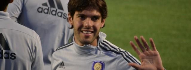 Kaká cumprimentando fãs brasileiros e americanos que foram prestigiar sua pré-estreia no Orlando City