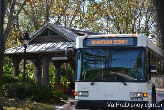 Ônibus para o Downtown Disney saindo do Port Orleans