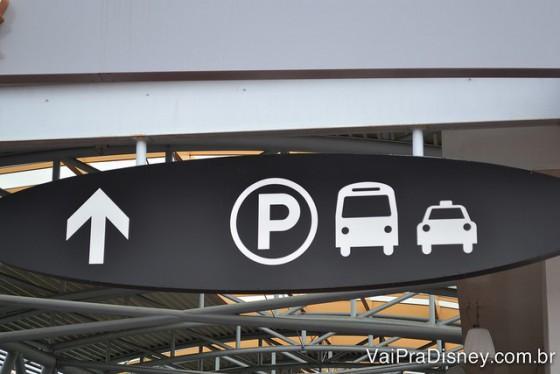 Seguindo essa placa na Universal você encontra o ponto de espera pelas vans e shuttles, além de taxis e circulares.