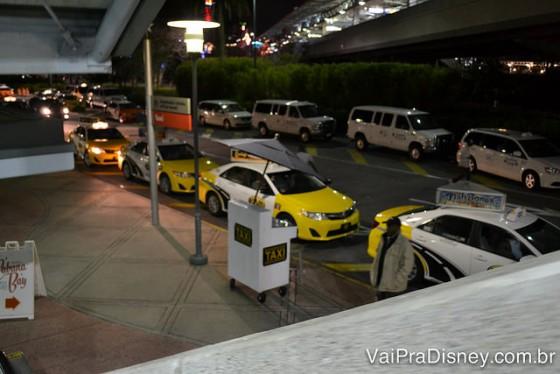 Taxis estão por todos os lugares em Orlando. É só sair e dar de cara com um monte para negociar.