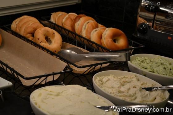 Variedades de bagels e recheios. Aprendi a gostar nessa viagem