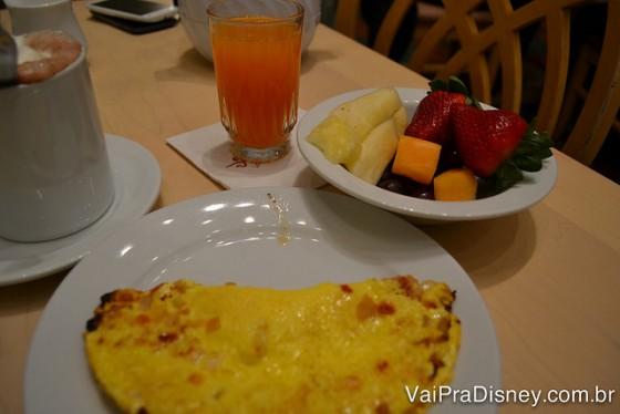O primeiro prato do Fe. Omelete e frutas
