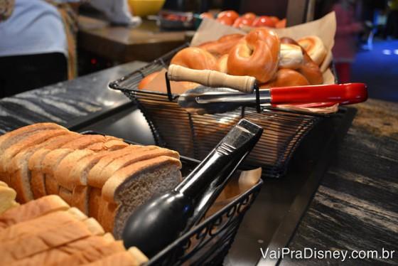 """Tem até pão para colocar na torradeira e ter um café mais """"abrasileirado""""."""