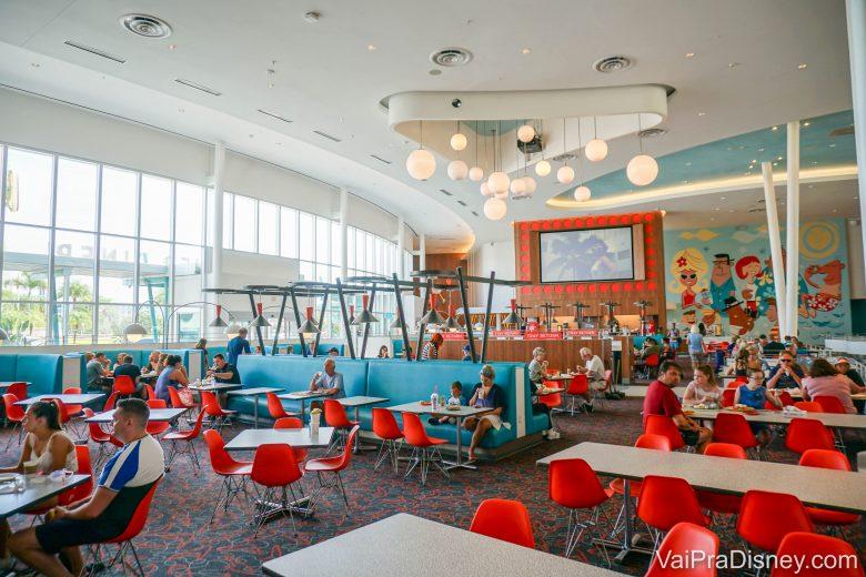 Foto da gigantesca praça de alimentação do Cabana Bay, com cadeiras vermelhas e muitas mesas