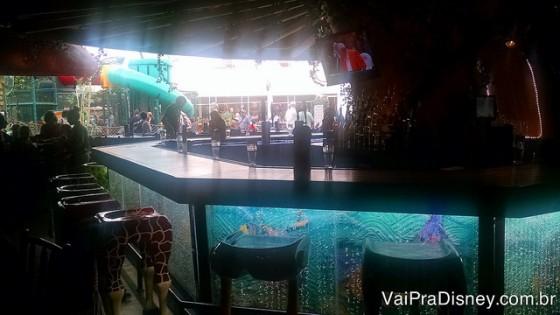 A foto não saiu boa, mas como eu não consigo explicar direito sobre os bancos do bar, só mostrando uma imagem para vocês poderem entender. :)