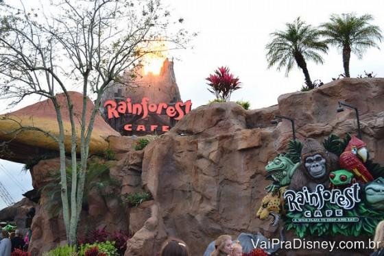 Rainforest Cafe de Disnye Springs já chama atenção pelo vulcão da sua fachada, que é ativado de tempos em tempos.