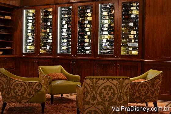 O lounge de espera e a adega da Trattoria al Forno, com cadeiras verdes elegantes e painéis de madeira nas paredes.