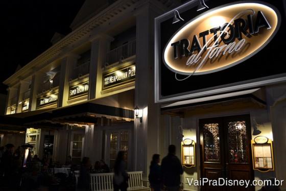 Foto da placa e da entrada da Trattoria al Forno, que fica no BoardWalk da Disney. O fundo da placa é bege e as letras são brancas e pretas