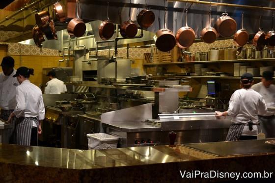 A cozinha aberta da Trattoria al Forno, com os cozinheiros trabalhando