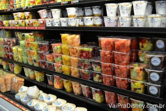 Frutas e iogurtes, tudo pronto para consumo.