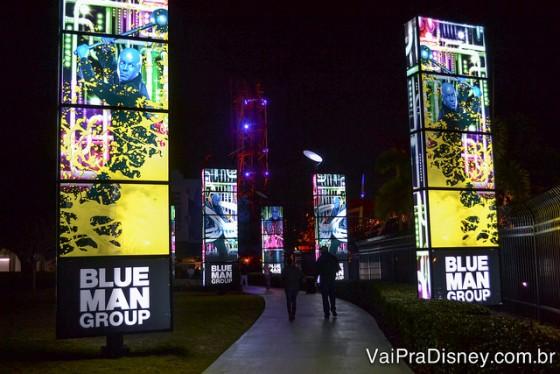 Foto da entrada do CityWalk para o teatro, com totens iluminados e coloridos de cada lado
