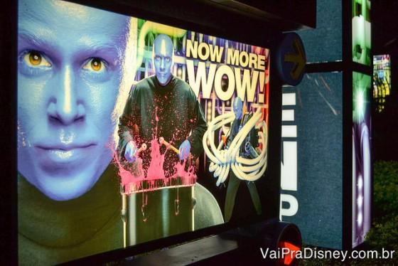 Foto de uma das placas do Blue Man Group espalhadas pelo CityWalk da Universal