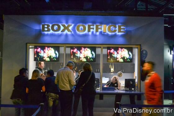 Foto de algumas pessoas na fila do box office, a bilheteria onde trocamos os vouchers pelos ingressos em menos de 2 minutos