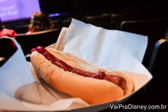 Foto do cachorro quente à venda no teatro, para comer durante o espetáculo