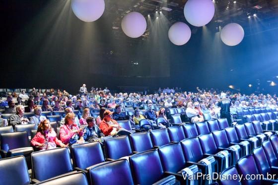 Foto do teatro do Blue Man Group antes do show começar, todo azul e com balões pendendo do teto