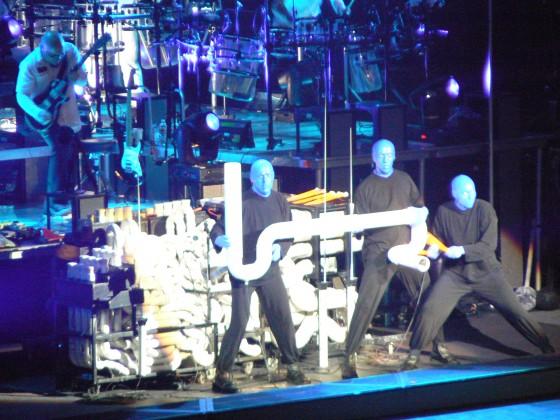 Foto do palco durante o show do Blue Man Group, no número musical feito com canos de PVC. Foto cedida pela Universal e Blue Man Group