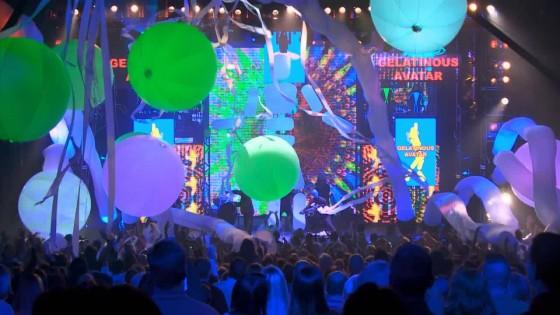 Foto do palco com balões coloridos e fitas caindo no encerramento do show do Blue Man Group.  Foto cedida pela Universal e Blue Man Group