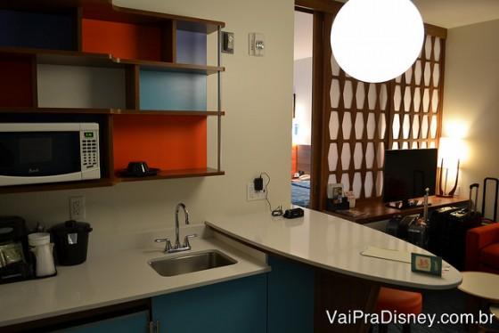 Mini cozinha com microondas nas suites familiares do Cabana Bay.