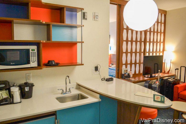 Foto da mini cozinha da Family Suite, com microondas, pia, frigobar e balcão