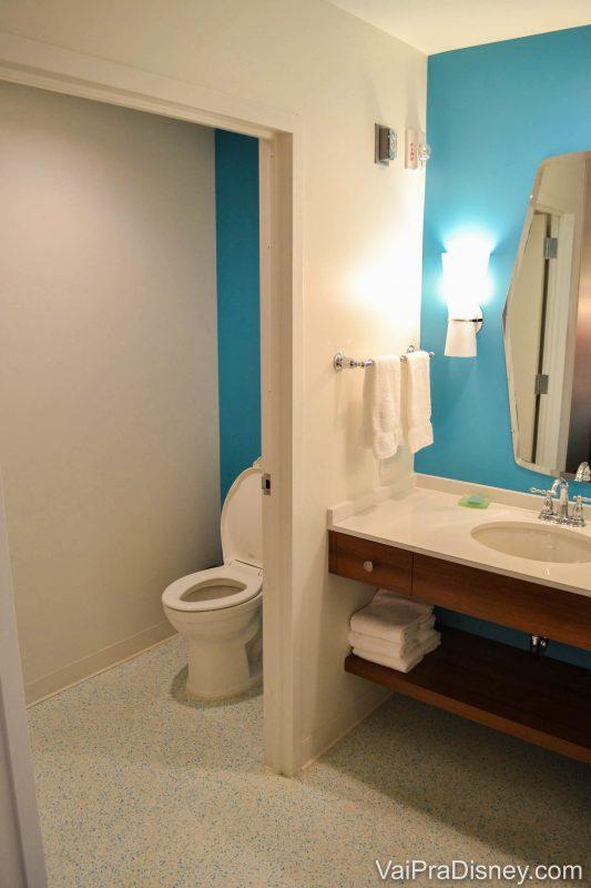 Outro lado do banheiro, com a cabine onde fica o vaso sanitário