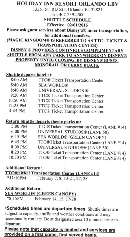 Foto do informativo com os horários para o transporte entre o hotel e os parques de Orlando