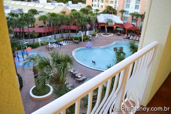 Foto da piscina do Holiday Inn, com palmeiras ao redor