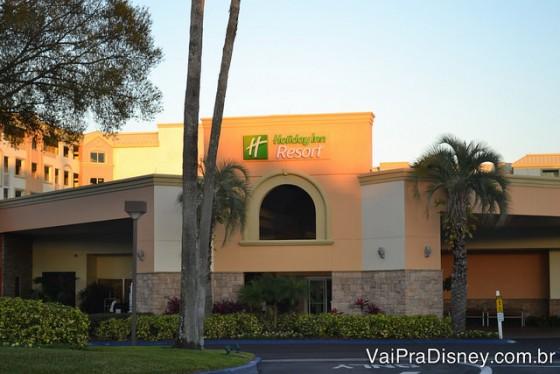 Foto da fachada do Holiday Inn Lake Buena Vista, com palmeiras na frente