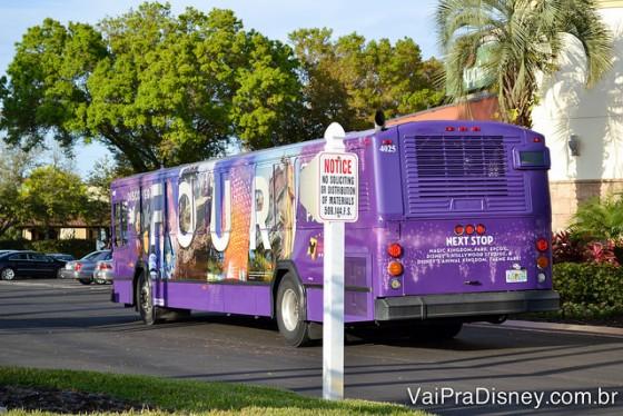 Foto do ônibus roxo que faz o transporte gratuito do hotel para os parques de Orlando