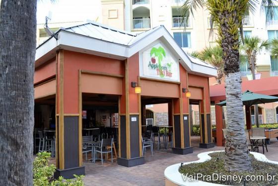 Foto do bar do Applebee's que fica ao lado da piscina do hotel