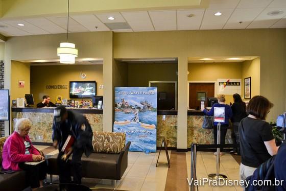 Recepção do Holiday Inn e ao fundo, a locadora e a venda de ingressos