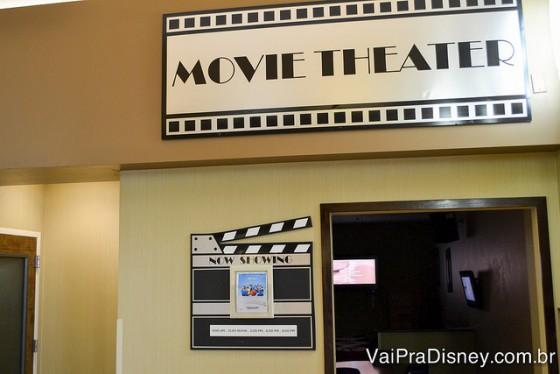 Foto da sala de vídeo que passa filmes da Disney o dia todo, onde as crianças podem ficar