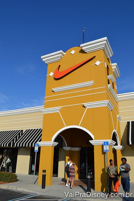 Foto da loja da Nike no Lake Buena Vista Factory Stores, pintada de mostarda por fora