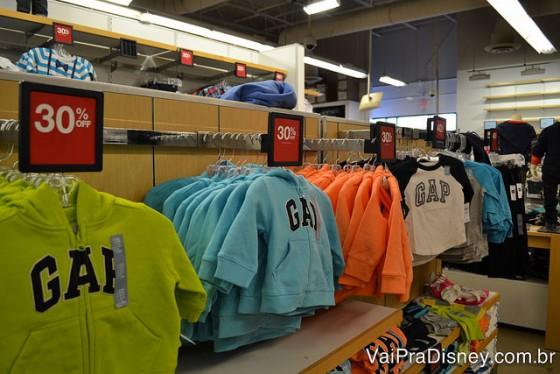 Foto de diversos moletons da GAP à venda no Lake Buena Vista Factory Stores