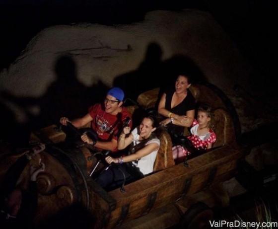Foto dentro da montanha russa dos 7 anões