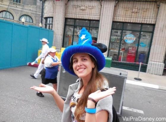 Thaís na Streets of Americas, com o chapéu que não existe mais como o símbolo do parque